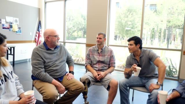 vídeos y material grabado en eventos de stock de fomentar las charlas de veteranos maduros con un grupo de veteranos más jóvenes - zoom meeting