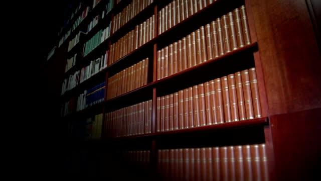 stockvideo's en b-roll-footage met encyclopaedias in the library - boekenkast