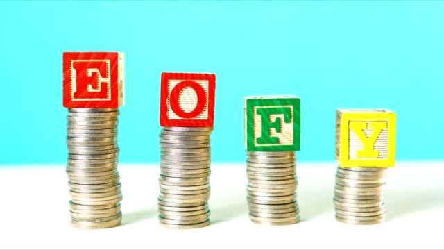 koniec roku finansowego i koncepcja oszczędności układania monet zatrzymać animację ruchu. - miesiąc filmów i materiałów b-roll