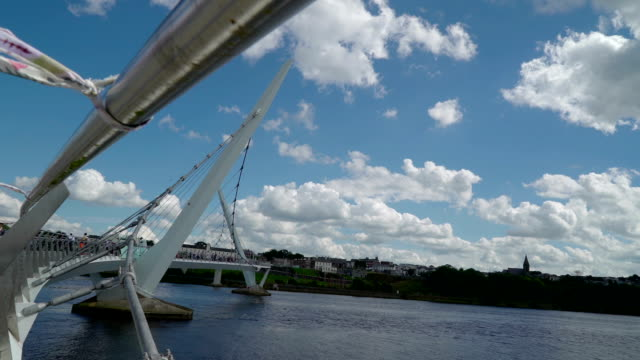 end side of the peace bridge in londonderry - графство дерри стоковые видео и кадры b-roll