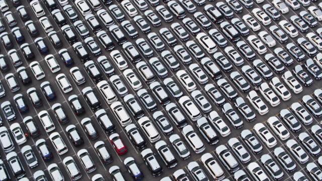 stockvideo's en b-roll-footage met eindeloze raster van nieuwe auto's - drone shot - parking