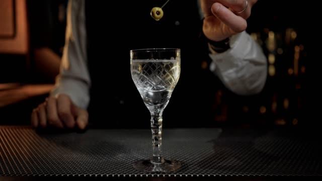 oändlig loop cinemagraph av cocktail förberedelse - martini bildbanksvideor och videomaterial från bakom kulisserna
