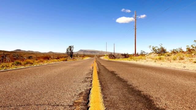 infinite strada deserto del nevada - red rock canyon national conservation area video stock e b–roll