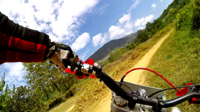 enduro motocicletta equitazione punto di vista - motocross video stock e b–roll