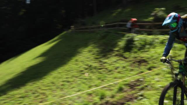 Enduro Mountainbike auf Waldweg, 2 Fahrer – Video