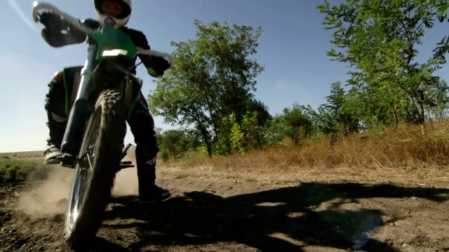 bicicletta di equitazione enduro da corsa pista su sporcizia di fermate difronte a car - bike tire tracks video stock e b–roll