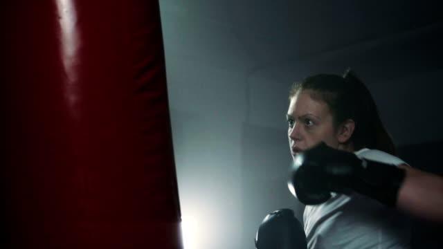 energetic woman kickboxing - donna forzuta video stock e b–roll