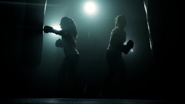 energische frauen kickboxen - frauenpower stock-videos und b-roll-filmmaterial