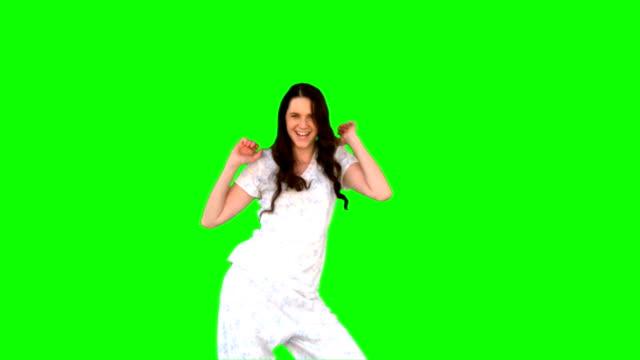 vídeos de stock e filmes b-roll de enérgica jovem modelo em pijamas dança - cabelo preto