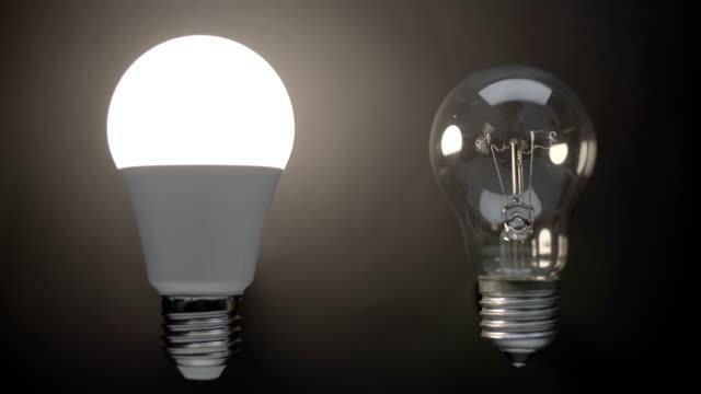 energiesparende, umweltfreundliche led-lampenlampe im vergleich zu einer klassischen glaslampe - led leuchtmittel stock-videos und b-roll-filmmaterial