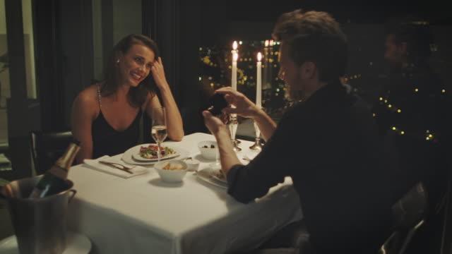 engagement ring - fidanzati video stock e b–roll