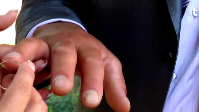progetto.  fedi nuziali. - mano donna dita unite video stock e b–roll