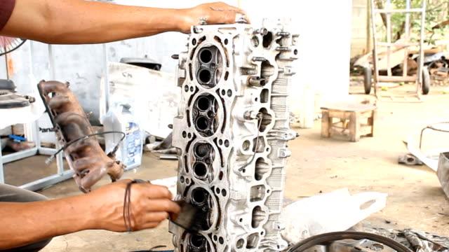 motorn rengöring av olja fläckborttagningsmedel - surf garage bildbanksvideor och videomaterial från bakom kulisserna