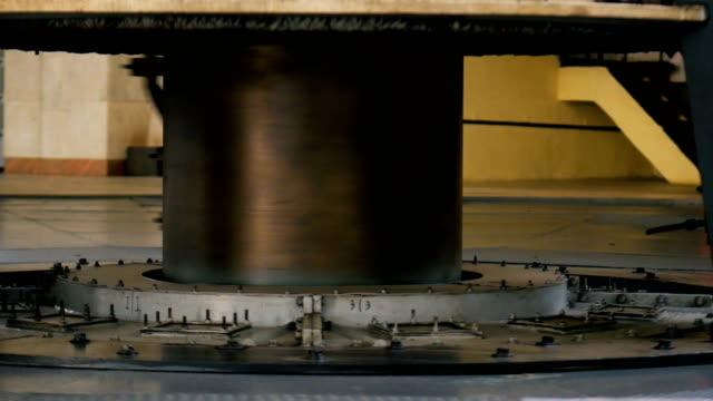 motor av hydroturbin roterar producerar energi - generator bildbanksvideor och videomaterial från bakom kulisserna