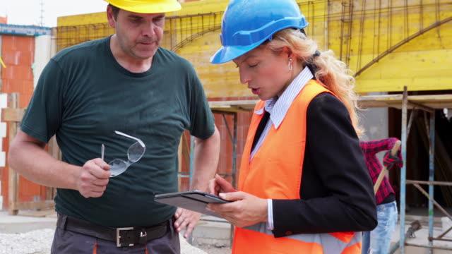 Ingeniería y construcción obrero hablando. - vídeo