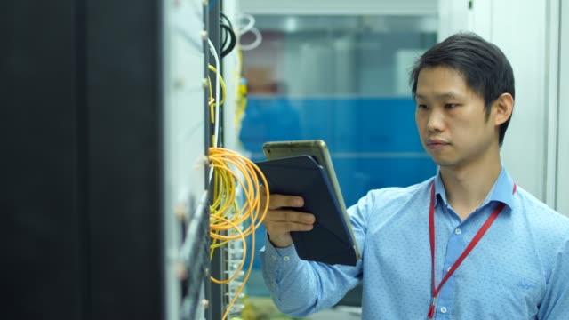 stockvideo's en b-roll-footage met ds:it ingenieur controleren van de servers in de serverruimte - gewone snelheid