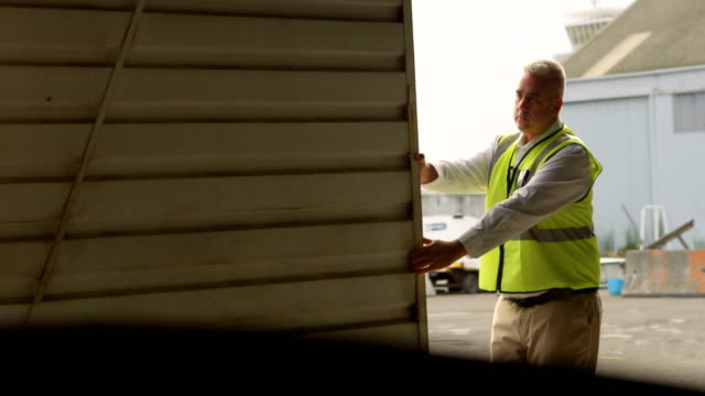 ingenieur schließen hangar tor 4k - halle gebäude stock-videos und b-roll-filmmaterial