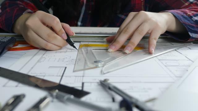 エンジニアの設計図を描く - 図面点の映像素材/bロール