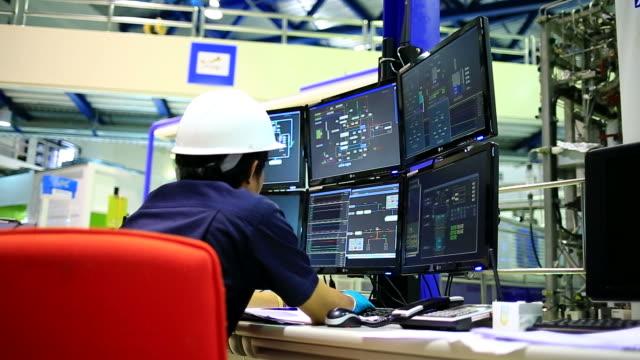 Engenheiro na sala de controle - vídeo