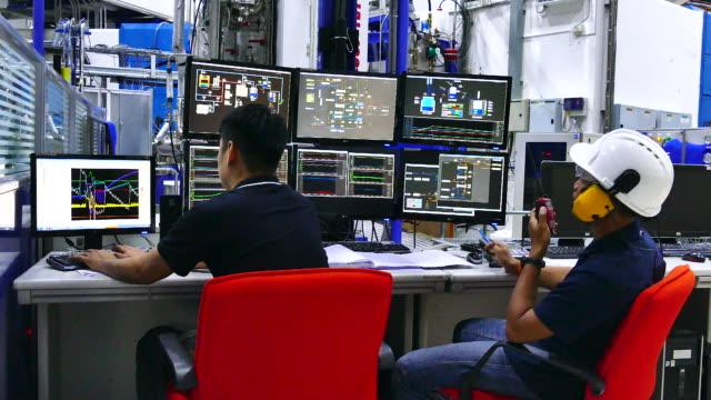 vídeos y material grabado en eventos de stock de ingeniero en sala de control - vigilancia