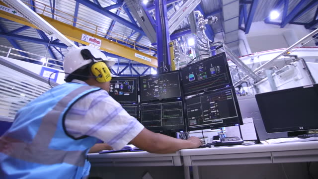 stockvideo's en b-roll-footage met ingenieur in de controlekamer - olie industrie