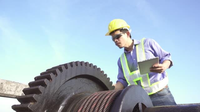 4 K DOLLY : Ingénieur inspecter avec tablette numérique. - Vidéo