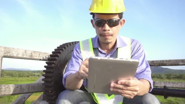 4 k ドリー  : エンジニアの点検、デジタルタブレットを持っている。 - プロジェクトマネージャー点の映像素材/bロール