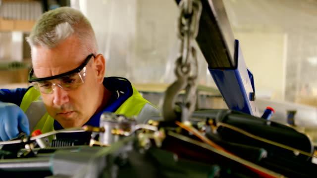 항공기 엔진 4 k를 수리 하는 엔지니어 - 항공 비행체 스톡 비디오 및 b-롤 화면