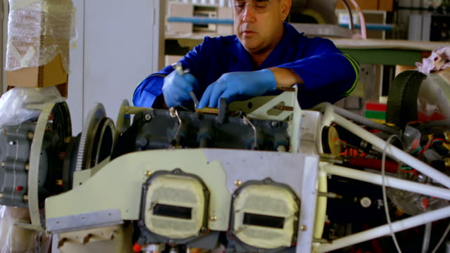 engineer repairing aircraft in hangar 4k - klucz ręczne narzędzie filmów i materiałów b-roll