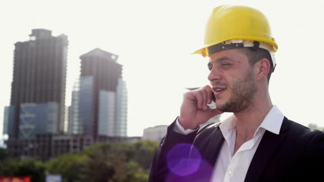 エンジニアスマートフォンで話している - プロジェクトマネージャー点の映像素材/bロール