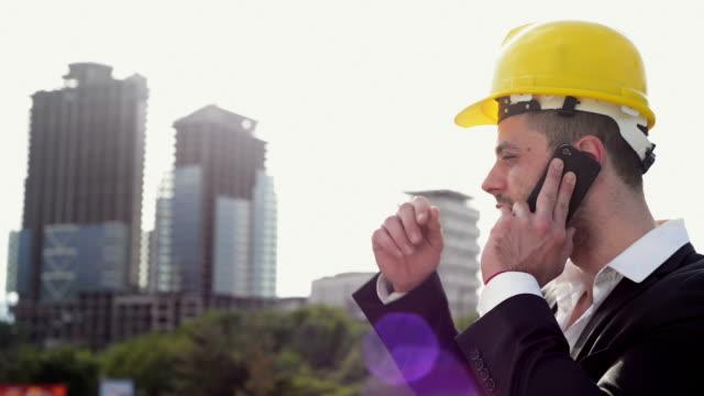 Ingénieur parlant sur smartphone - Vidéo