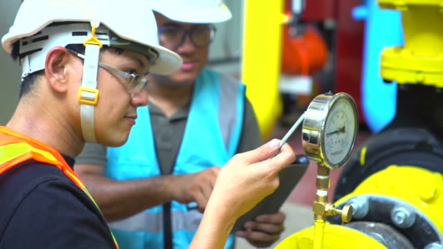 vídeos de stock e filmes b-roll de engineer with tablet at industrial, oil or gas plant - sudeste asiático