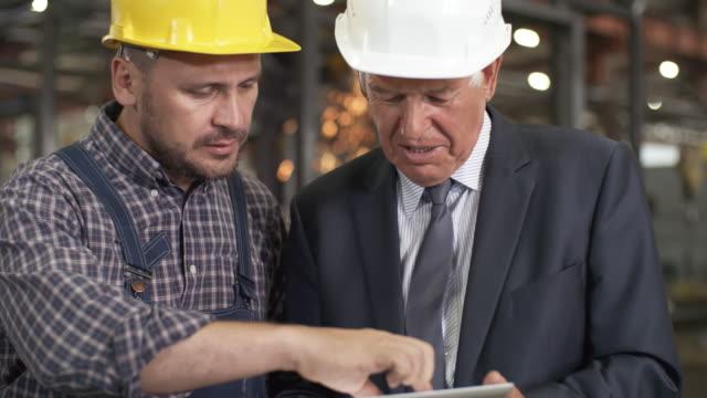 ingenieur mit tablet-briefing seinen chef - flussdiagramm stock-videos und b-roll-filmmaterial