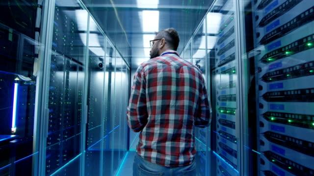 det ingenjör med tablett i serverrum - server room bildbanksvideor och videomaterial från bakom kulisserna
