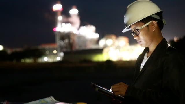 vídeos y material grabado en eventos de stock de ingeniero que trabaja en la planta de energía nuclear - generadores
