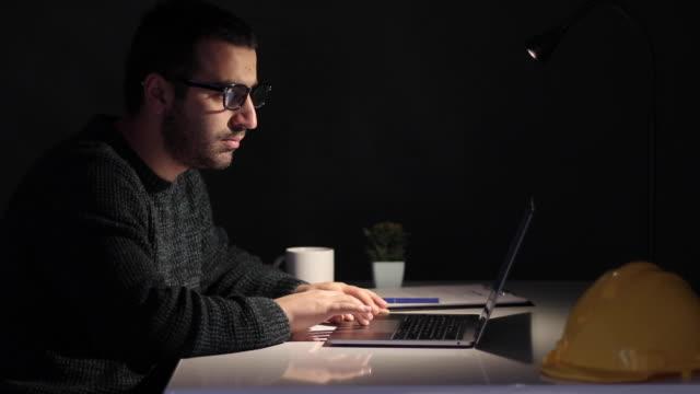 ingenjör som arbetar i hemmet med hjälp av laptop - man architect computer bildbanksvideor och videomaterial från bakom kulisserna