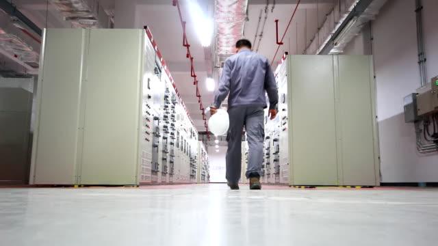 ingegnere lavora in cabina elettrica - sottostazione elettrica video stock e b–roll