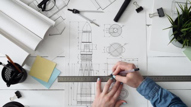 ingenieur auf einem raumschiff-design - skizze stock-videos und b-roll-filmmaterial