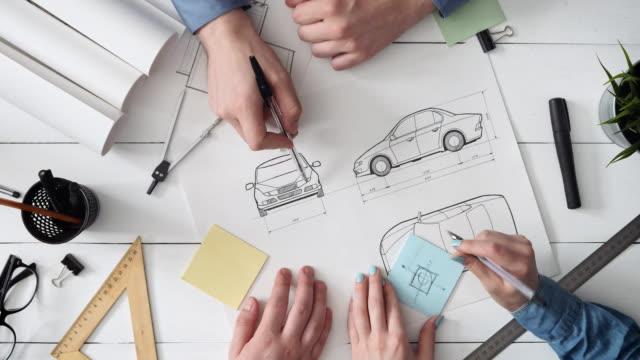vídeos de stock, filmes e b-roll de equipe de engenharia trabalhando em um novo design automóvel - diagrama