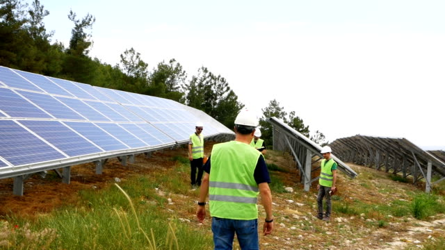 vídeos de stock e filmes b-roll de engineers checks the solar panels in the field ,environmentally friendly electricity production , sustainable renewable energy - ambiente vegetal