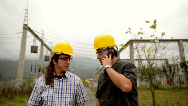 Ingénieurs dans le power station utiliser un téléphone - Vidéo