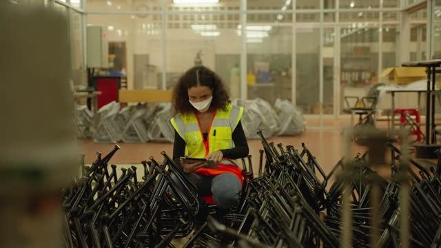 инженеры осматривают афро-американских женщин металлические заготовки на заводе. - phil spector стоковые видео и кадры b-roll