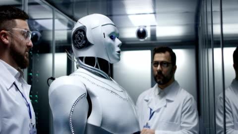 vídeos y material grabado en eventos de stock de ingenieros de pruebas sobre los controles del robot - toma mediana