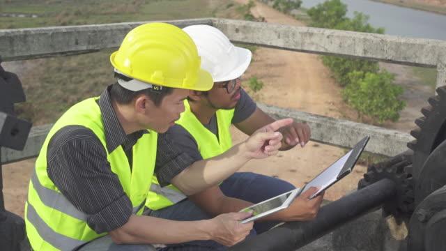 4 K DOLLY, DANS LE MISSISSIPPI : Ingénieurs travaillant sur Floodgate - Vidéo