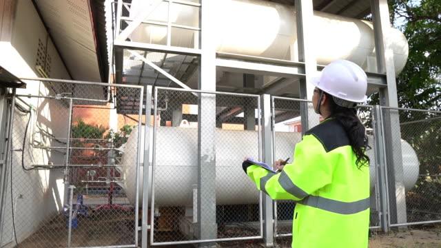 ingenieure arbeiten ort, um flüssiges helium zu halten - wasserstoff stock-videos und b-roll-filmmaterial