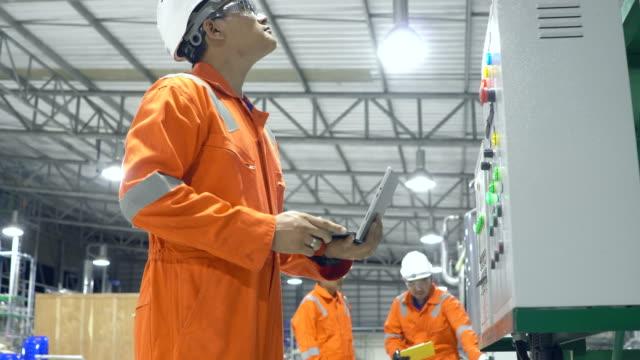 stockvideo's en b-roll-footage met ingenieurs werkzaam in de industriële fabriek - metaalbewerking