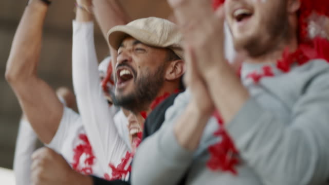 vídeos de stock e filmes b-roll de england soccer fans enjoying the victory - adeptos