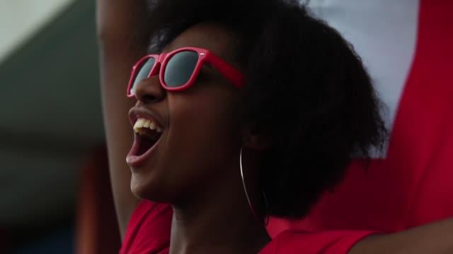 vídeos de stock e filmes b-roll de english fan watching a soccer game - adeptos