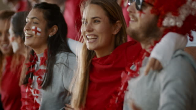 vídeos de stock, filmes e b-roll de torcedores ingleses de futebol cantando juntos no estádio - futebol