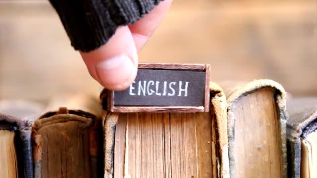 Anglais, étiquette avec le texte écrit en elle et livres - Vidéo